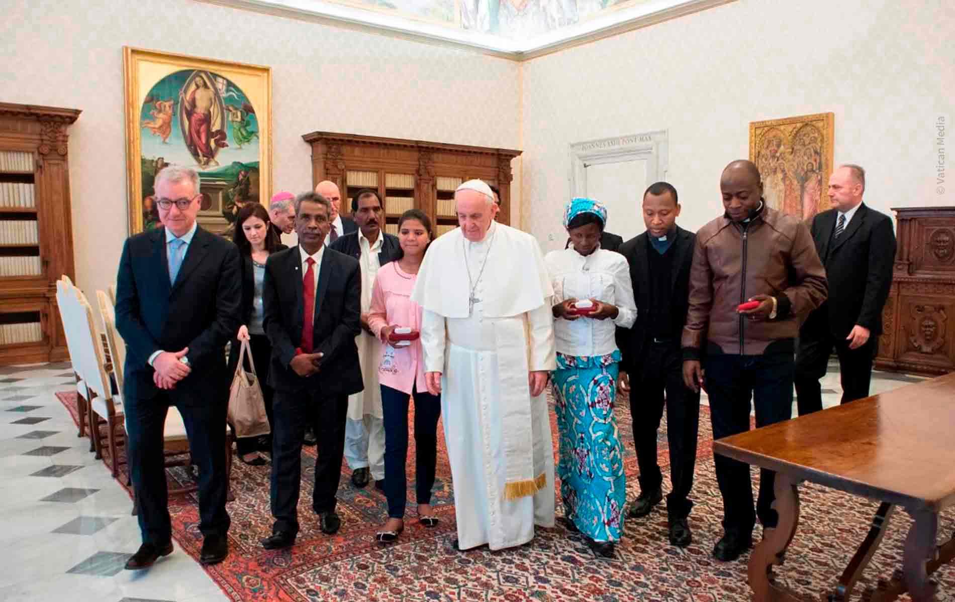 Encontro promovido pela ACN da família de Asia Bibi e de Rebecca (vítimas de perseguição religiosa) com o Papa Francisco.